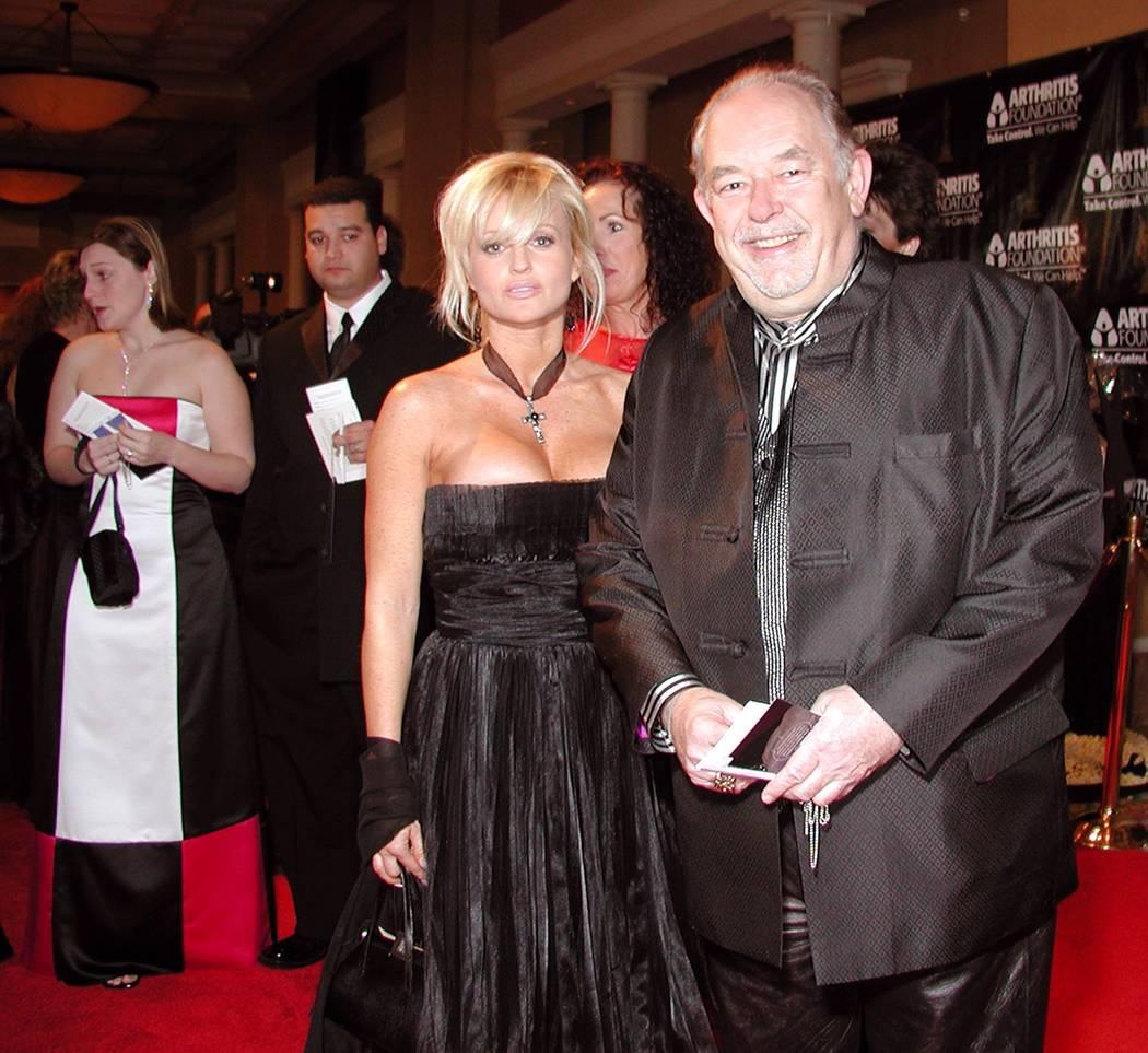 En la alfombra roja, Nanette Miller y Robin Leach asisten a la novena edición anual de Oscar Night America en el Caesars Palace para beneficiar a la Arthritis Foundation.