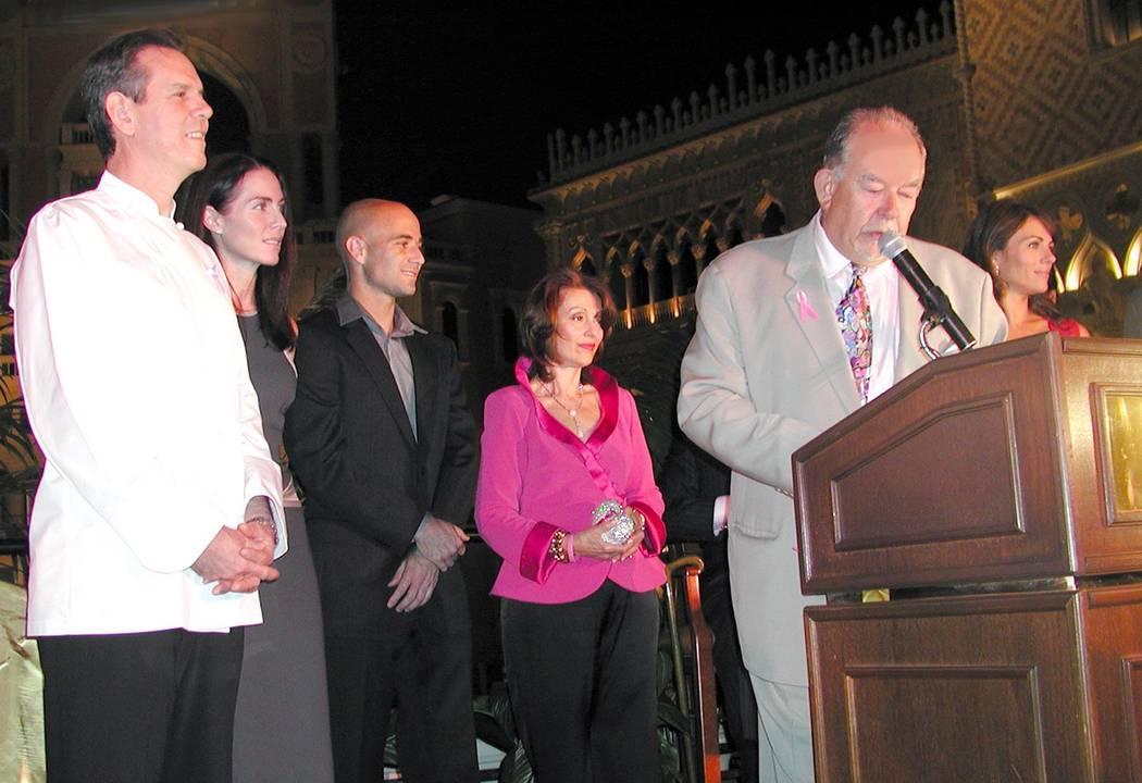Los invitados se reúnen afuera de The Venetian para comenzar el primero de varios hitos internacionales que se iluminarán con luz rosa para generar conciencia en la batalla contra el cáncer de ...