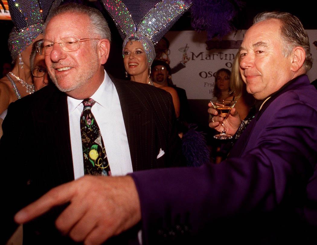 Robin Leach disfruta de un martini con el alcalde Oscar Goodman mientras el alcalde saluda a celebridades y simpatizantes en 2002. (Ralph Fountain / Las Vegas Review-Journal)