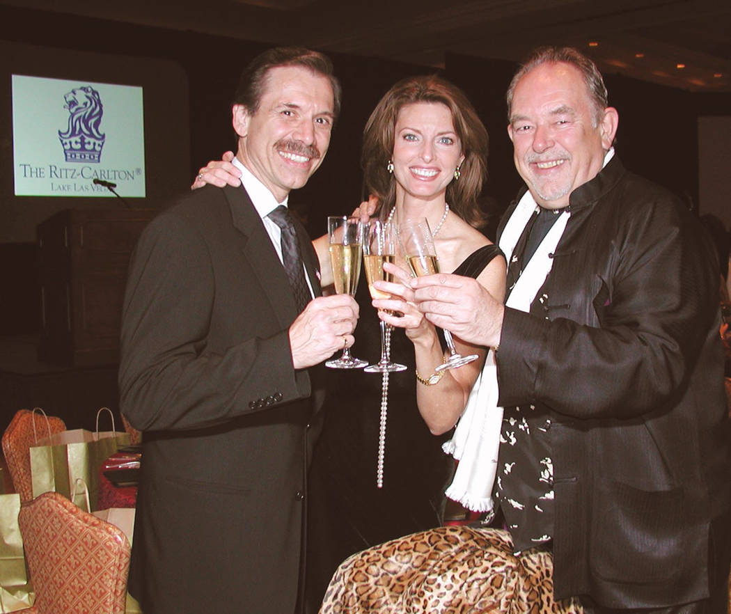 Michael Severino, izquierda, Joan Severino y Robin Leach proponen un brindis en la cena Las Vegas Odyssey Food, Wine and the Art en 2003.