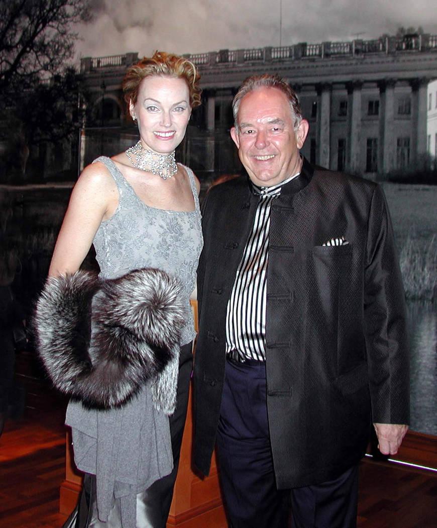 Andrea Bundonis, presidenta de la Bellagio Gallery of Fine Art, asiste a un elocuente romance con Robin Leach en 2002. (Foto de archivo)