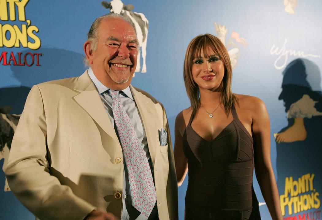 Robin Leach, izquierda, llega con Laura Diane de Spike TV en la alfombra roja para la noche de apertura de Spamalot de Monty Python en Wynn Las Vegas el 31 de marzo de 2007. (Sara Tramiel / Las Ve ...