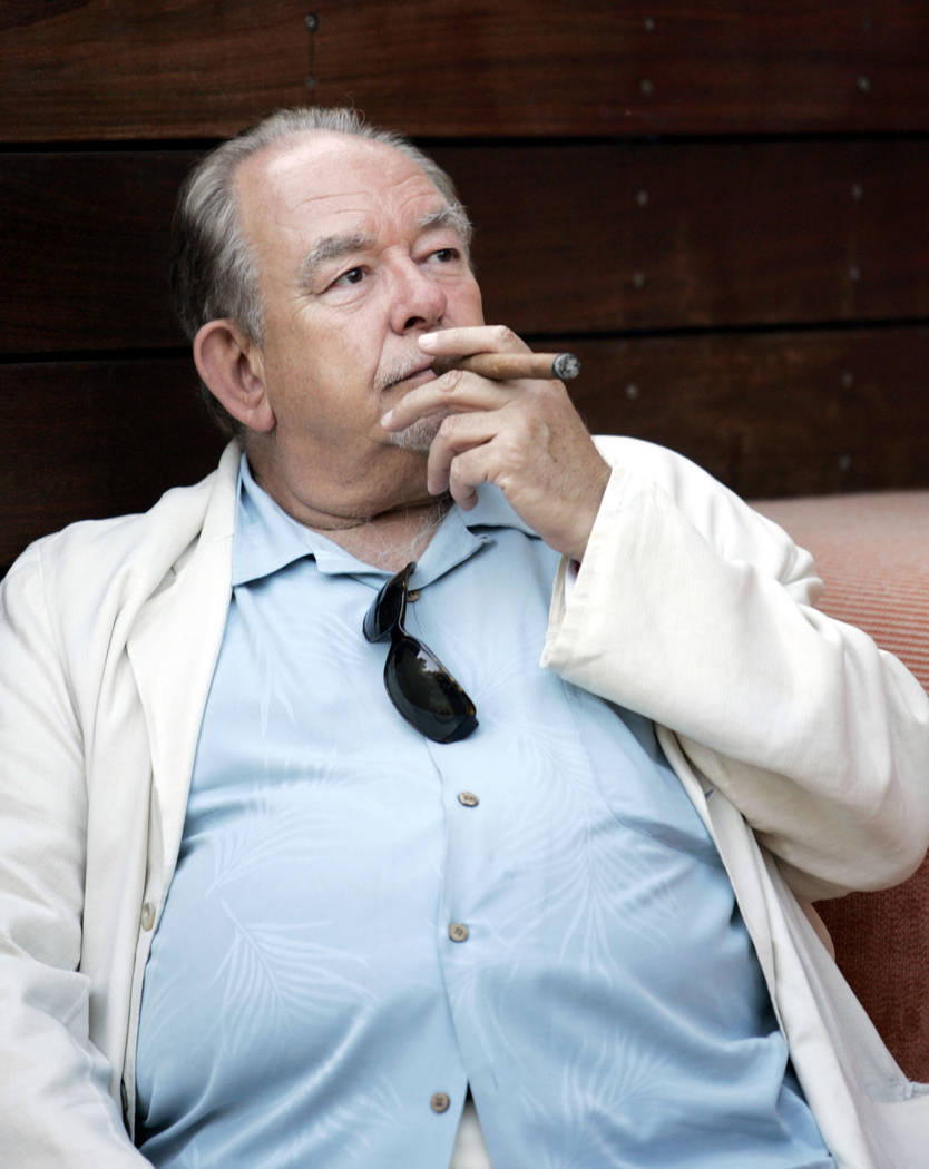 La personalidad de la televisión Robin Leach fuma un cigarro mientras asiste a una fiesta en Bare at Mirage el viernes 27 de abril de 2007. (Ronda Churchill / Las Vegas Review-Journal)