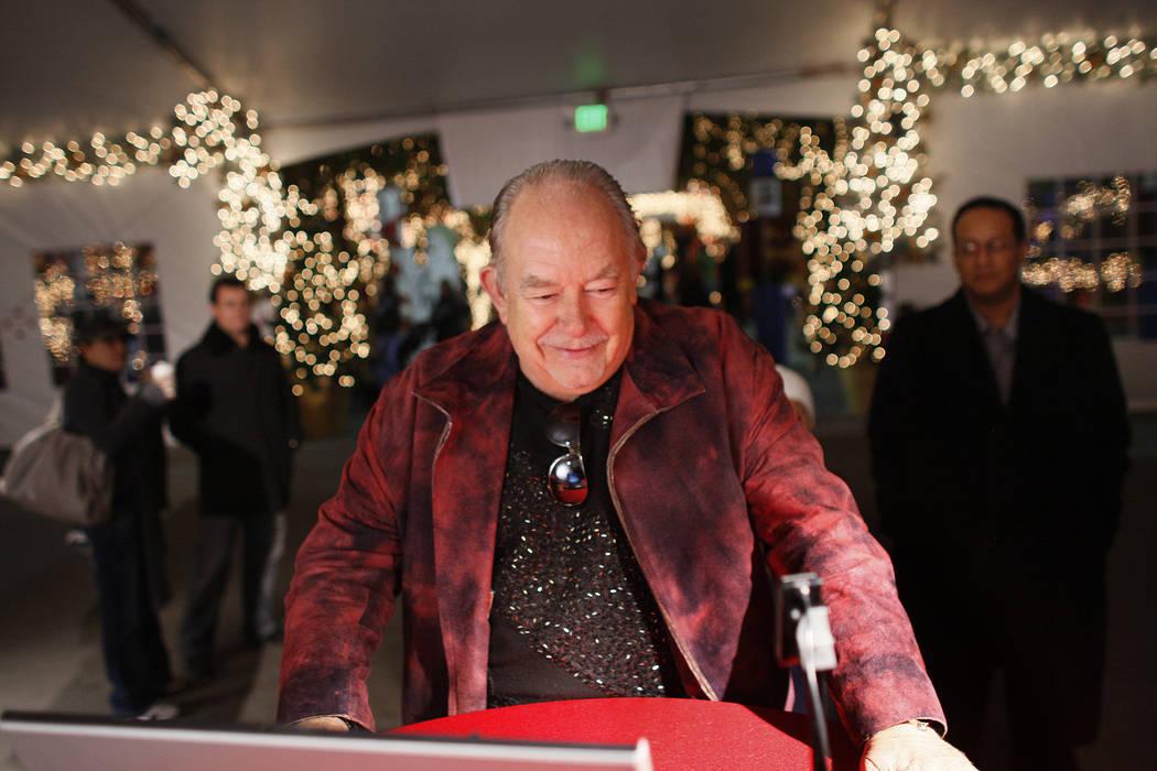 Robin Leach graba un video mensaje para el personal militar de los EE.UU. Durante un evento festivo en el Bosque Mágico de Opportunity Village en Las Vegas el miércoles 19 de diciembre de 2007. ...