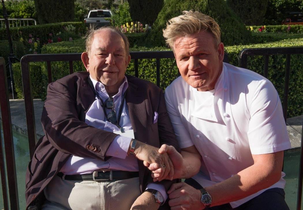 Gordon Ramsay con Robin Leach el viernes 28 de abril de 2017 en Las Vegas. (Tom Donoghue)