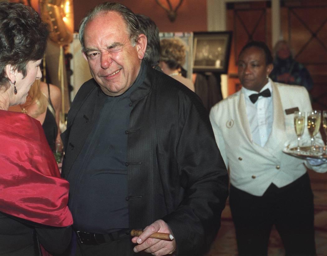 Robin Leach en la alfombra roja antes de los Óscares de los artículos de subasta en 2002. (Ralph Fountain / Las Vegas Review-Journal)