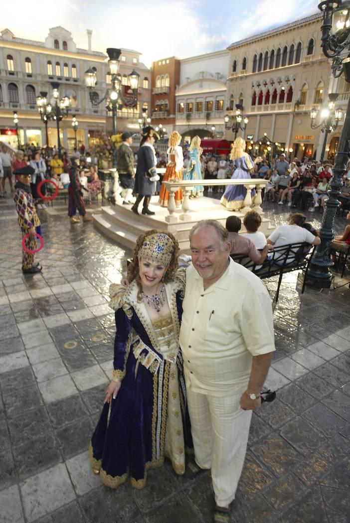 """Robin Leach posa con Suzanne Farace, """"Duquesa de Venis Donna Lucrezia"""", en la Plaza de San Marcos dentro de The Venetian, 22 de julio de 2004. (Clint Karlsen / Las Vegas Review-Journal)"""
