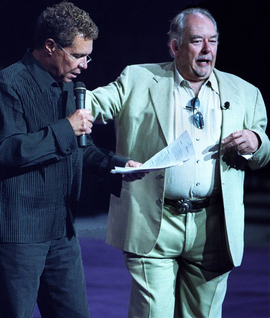 """Clint Holmes, a la izquierda, presenta el """"Best in Show"""" de Animal Foundation. y Robin Leach sirvió como juez de celebridades. (Ralph Fountain / Las Vegas Review-Journal)"""