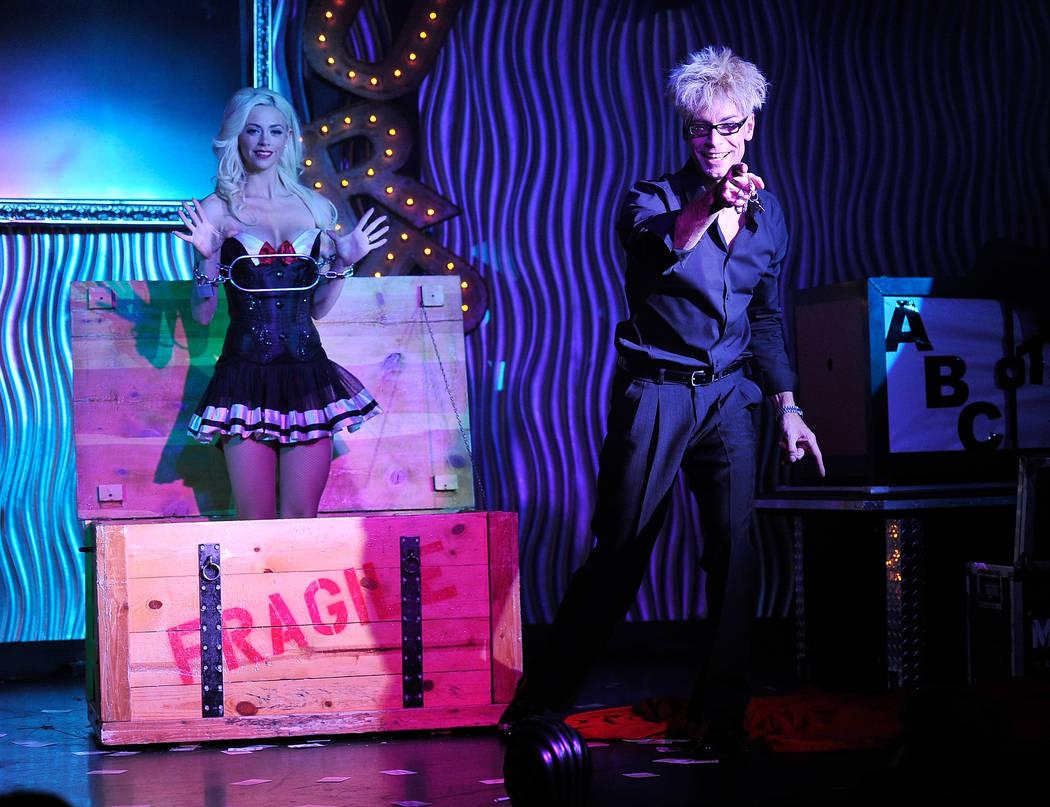 El mago y comediante Murray SawChuck (cq), a la derecha, se presenta con su esposa y asistente Chloe Crawford durante un espectáculo de la tarde en el hotel casino Planet Hollywood el martes 30 d ...