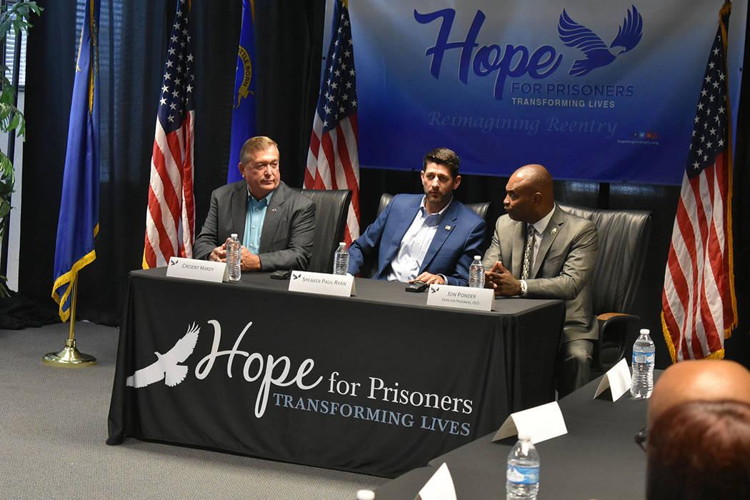 El presidente de la Cámara de Representantes, Paul Ryan, visitó Las Vegas para participar en un panel de diálogo sobre la reforma de justicia penal. En la foto es flanqueado por Jon Ponder -der ...