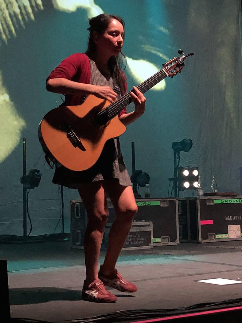 Gabriela Quintero, guitarra rítmica y percusión. El 24 de agosto de 2018 en el Brooklyn Bowl de Las Vegas. Foto Valdemar González / El Tiempo - Contribuidor.