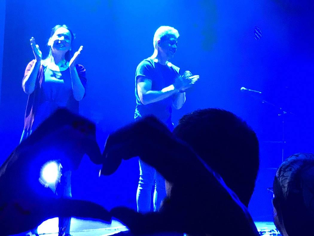 Rodrigo y Gabriela agradecen las muestras de cariño, como esta forma de corazón que una espectadora hizo, al final de su concierto. El 24 de agosto de 2018 en el Brooklyn Bowl de Las Vegas. Foto ...