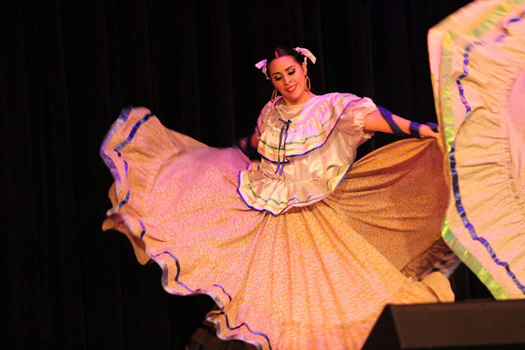 El Ballet Folklórico Sol Huasteco fue originalmente compuesto por ex alumnos de la preparatoria Rancho. Sábado 25 de agosto del 2018. teatro Winchester. Foto Cristian De la Rosa / El Tiempo - Co ...