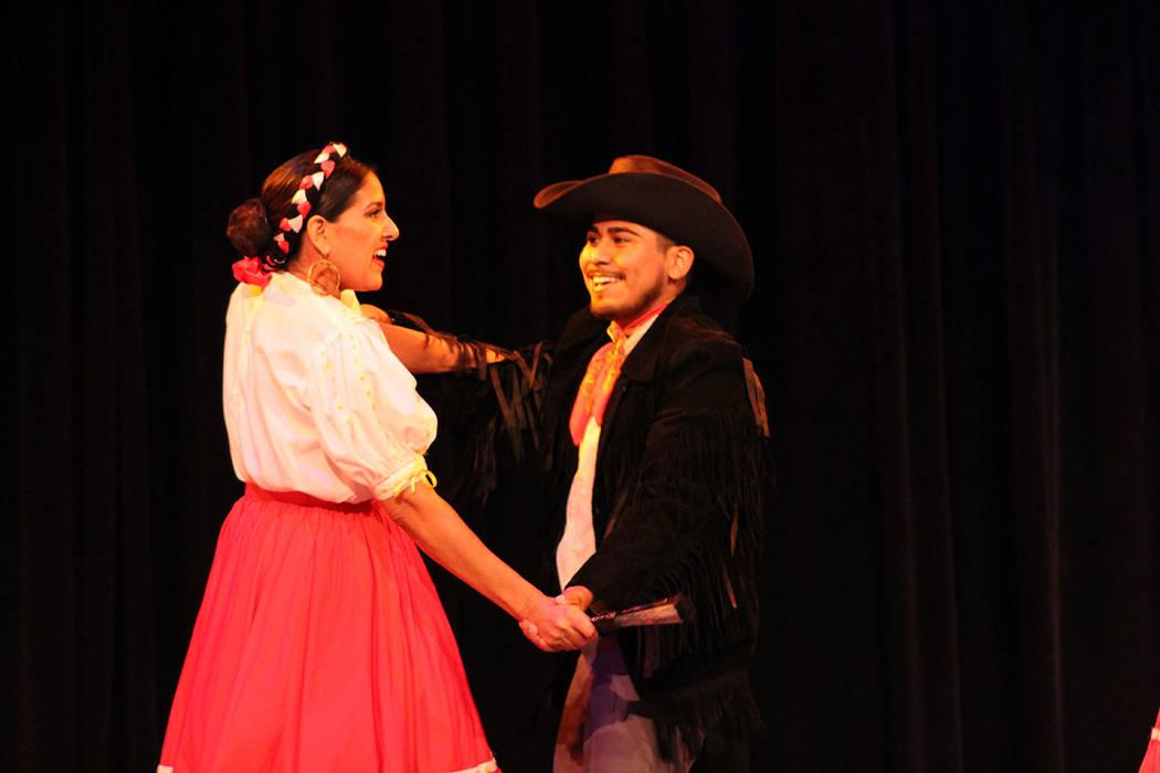 Los adultos de Sol Huasteco, bailaron norteñas en la quot;Fiesta Mexicanaquot;. Sábado 25 de agosto del 2018. teatro Winchester. Foto Cristian De la Rosa / El Tiempo - Contribuidor.