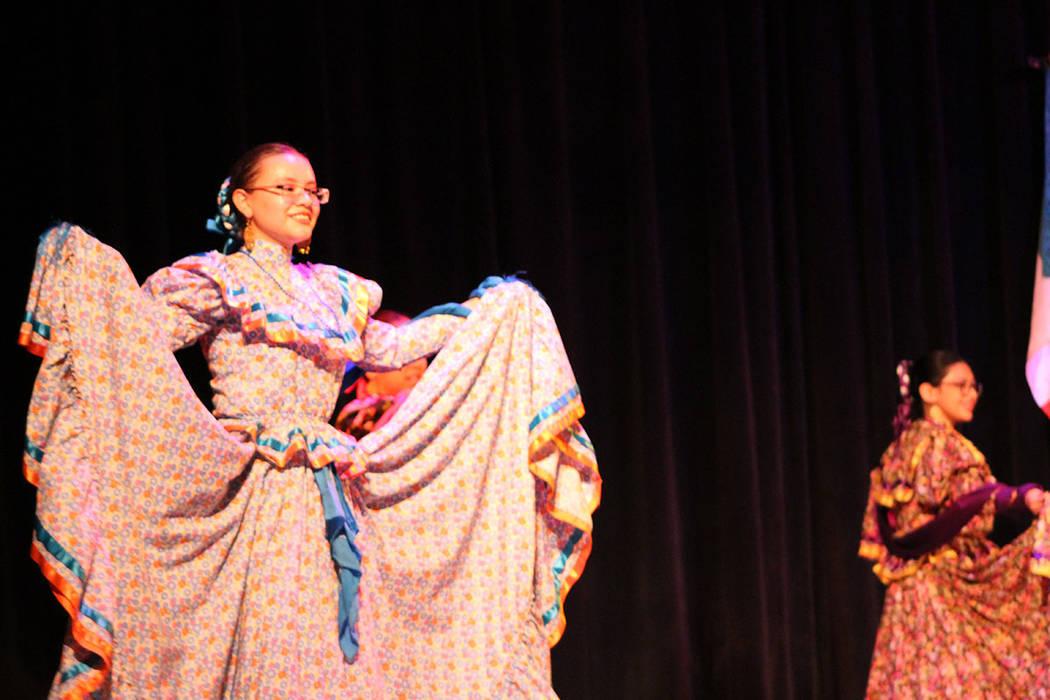 Sol Huasteco enseña a bailar a niños desde los 5 años de edad. Sábado 25 de agosto del 2018. teatro Winchester. Foto Cristian De la Rosa / El Tiempo - Contribuidor.