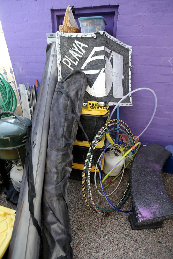 """Artículos que Michelle """"Pouncy"""" Lincoln ha reservado para Burning Man en su casa en el Arts District de Las Vegas el martes 7 de agosto de 2018, incluye estructuras de sombra y tanques de propano ..."""