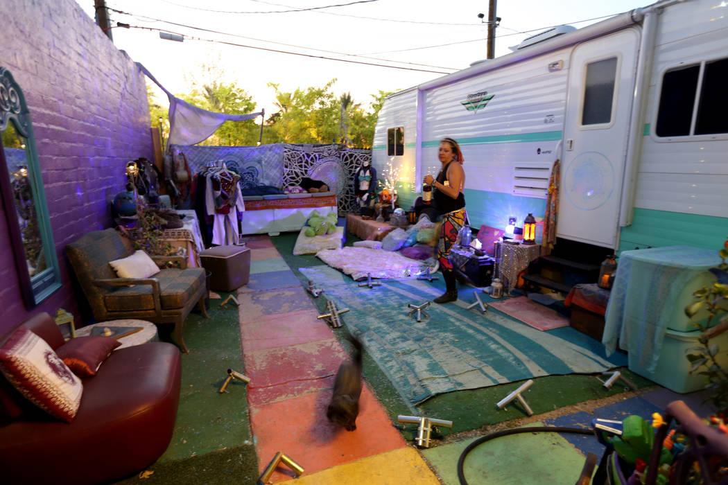 """Michelle """"Pouncy"""" Lincoln presenta conectores de polo para una estructura de sombra mientras se prepara para Burning Man en su casa en el Arts District de Las Vegas el martes, 7 de agosto de 2018. ..."""