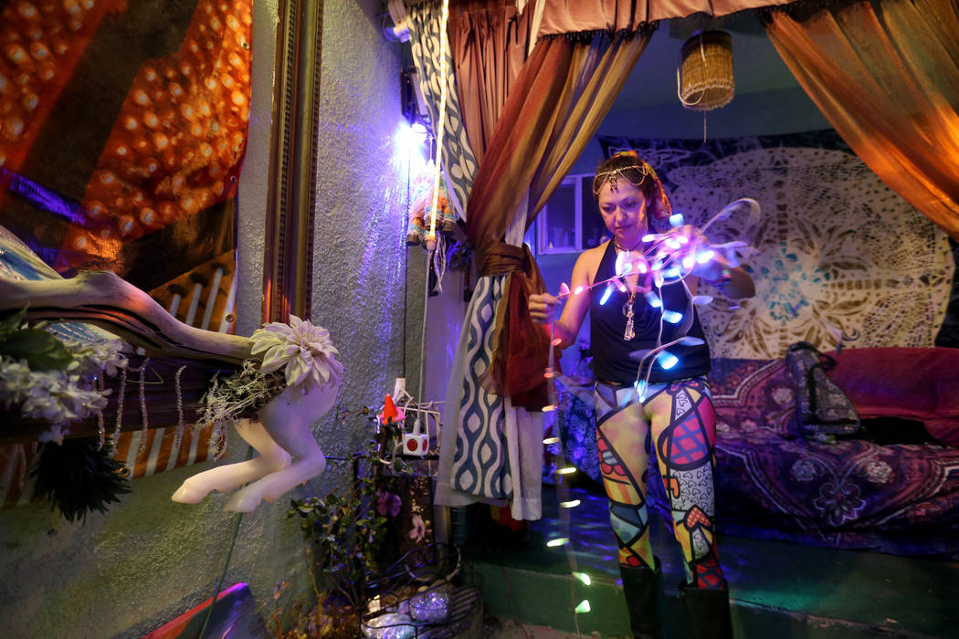 "Michelle ""Pouncy"" Lincoln prueba luces a pilas mientras se prepara para Burning Man en su casa en el Arts District de Las Vegas el martes 7 de agosto de 2018. K.M. Cannon Las Vegas Review-Journal ..."