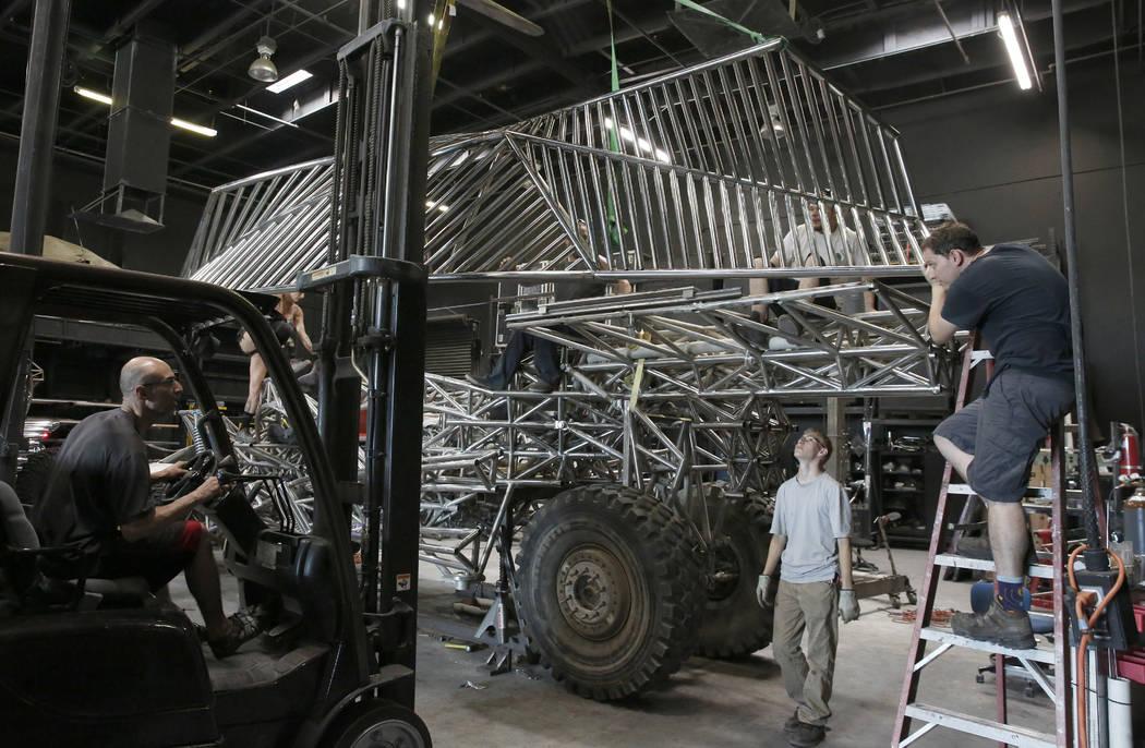 Carril de pasajeros del elevador de la tripulación para montarlo en el vehículo Flux Capacitor en el garaje Design de Henry Chang el martes 14 de agosto de 2018 en Las Vegas. Bizuayehu Tesfaye / ...