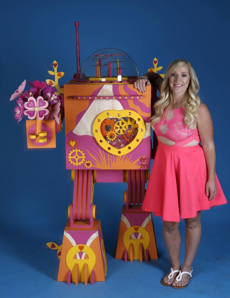 La artista Nicole Balestrere posa para la foto junto a su robot de 6 pies de altura, Xochipilli, en el estudio Las Vegas Review-Journal el miércoles 15 de agosto de 2018 en Las Vegas. Xochipilli ...