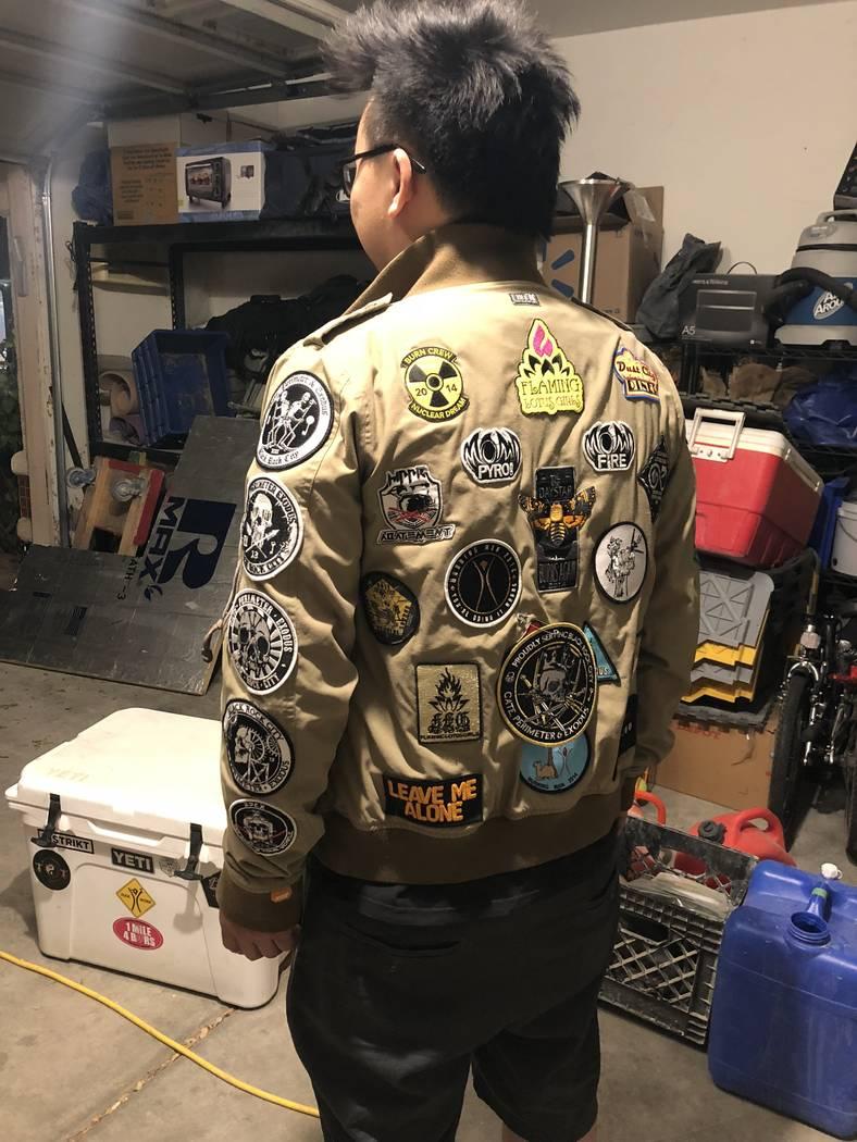 Gary Tan recolecta parches que recibe todos los años en Burning Man el 21 de agosto de 2018. (Janna Karel Las Vegas Review-Journal)