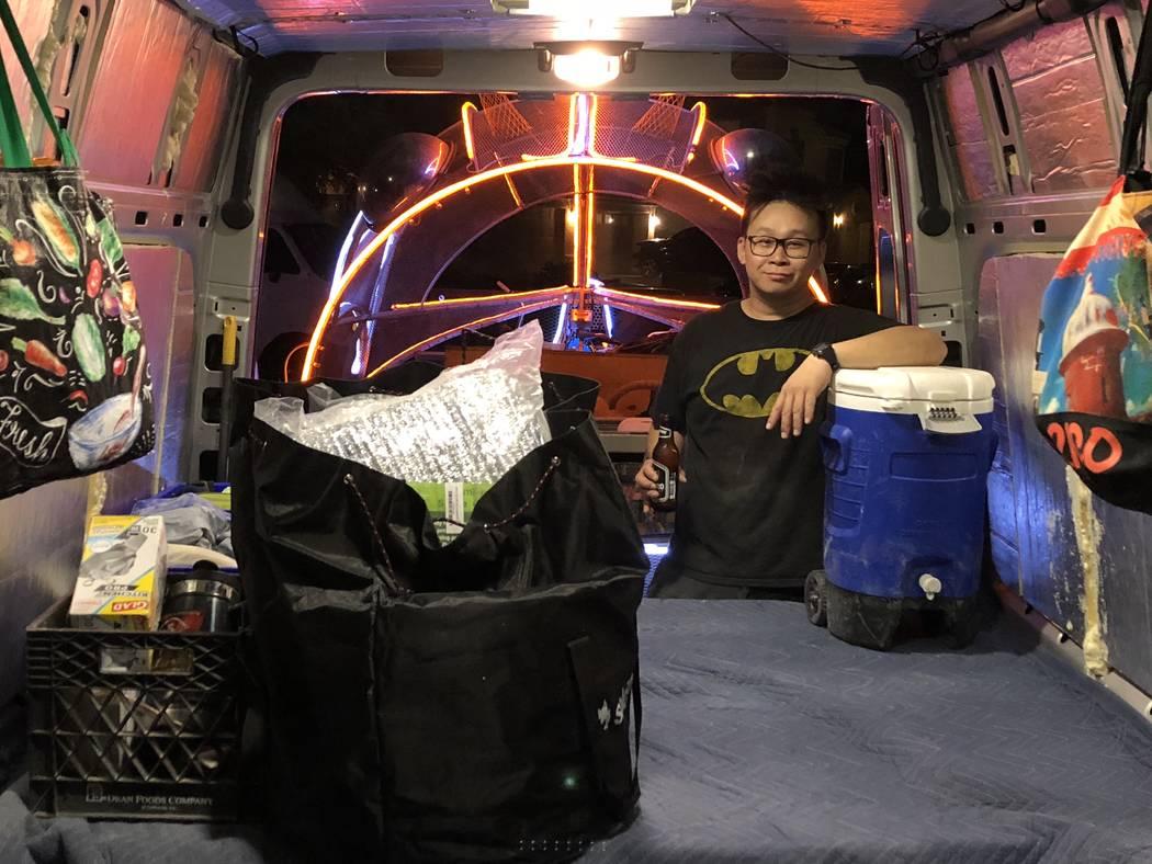 Gary Tan carga comida, agua y equipo de campamento en un camión en preparación para Burning Man el 21 de agosto de 2018. (Janna Karel Las Vegas Review-Journal)