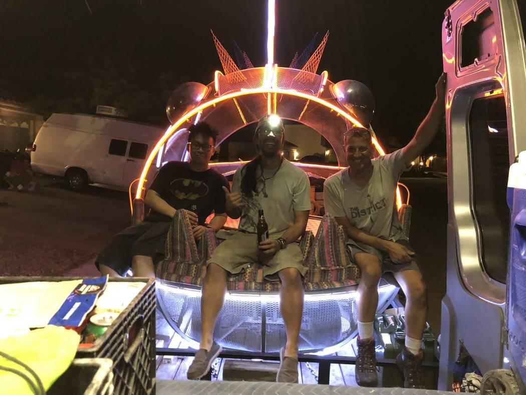 Gary Tan, Jason Tang y Michael Tedeschi cargan bicicletas, comida y un carro de arte en un trailer en preparación para Burning Man el 21 de agosto de 2018. (Janna Karel Las Vegas Review-Journal)