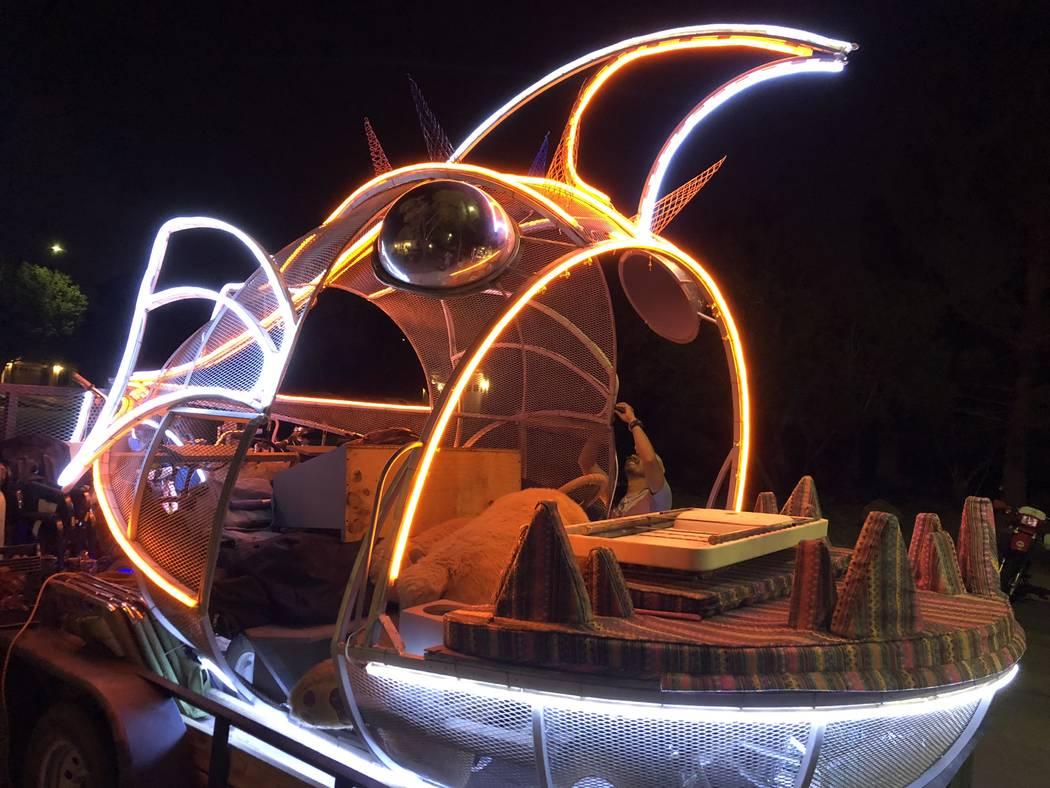 Jason Tang carga su auto de arte, Sebastian, en un remolque para llevarlo a Burning Man el 21 de agosto de 2018. (Janna Karel Las Vegas Review-Journal)