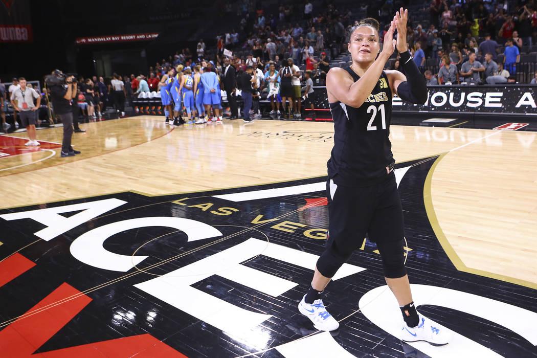 La guardia de las Aces de Las Vegas, Kayla McBride (21), celebra la derrota de su equipo contra Chicago Sky en un juego de baloncesto de la WNBA en el Mandalay Bay Events Center en Las Vegas el ju ...