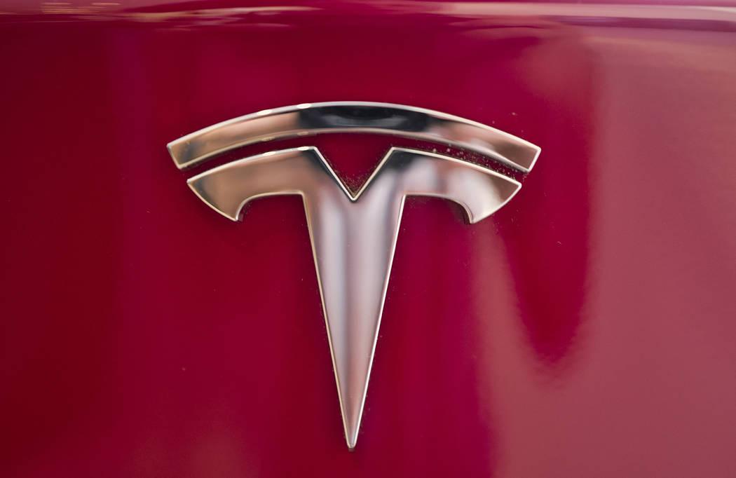 En esta foto de archivo del 8 de agosto de 2018, se ve un emblema de Tesla en la parte posterior de un Modelo S en la sala de exposición de Tesla en Santa Mónica, California. El jueves 9 de agos ...