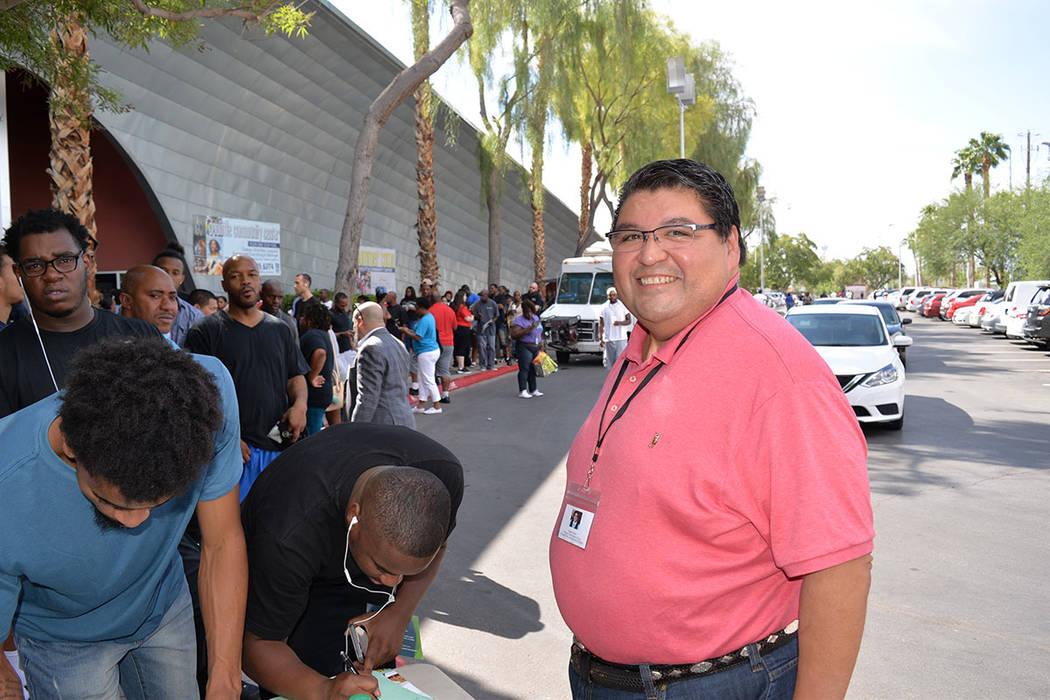 El abogado Romeo Pérez se sumó al vasto grupo de voluntarios que ofrecieron su tiempo -de manera gratuita- para ayudar a la gente que tenía órdenes de arresto. Sábado 25 de agosto de 2018, en ...