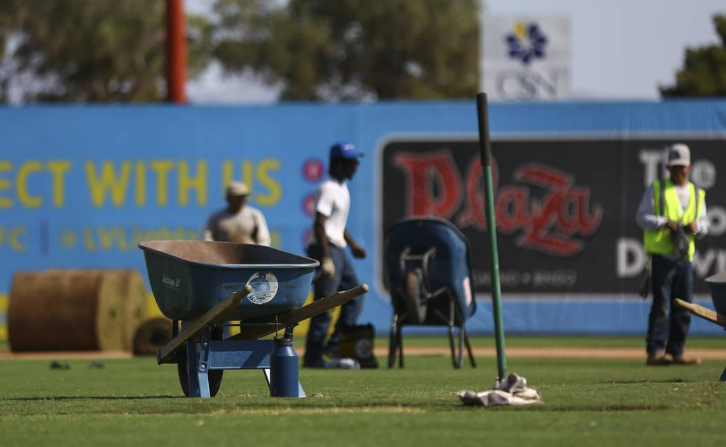 Los empleados de World Sports Solutions International trabajan para convertir el campo del béisbol al uso del fútbol antes de un juego de Lights FC en Cashman Field en Las Vegas el viernes 3 de ...