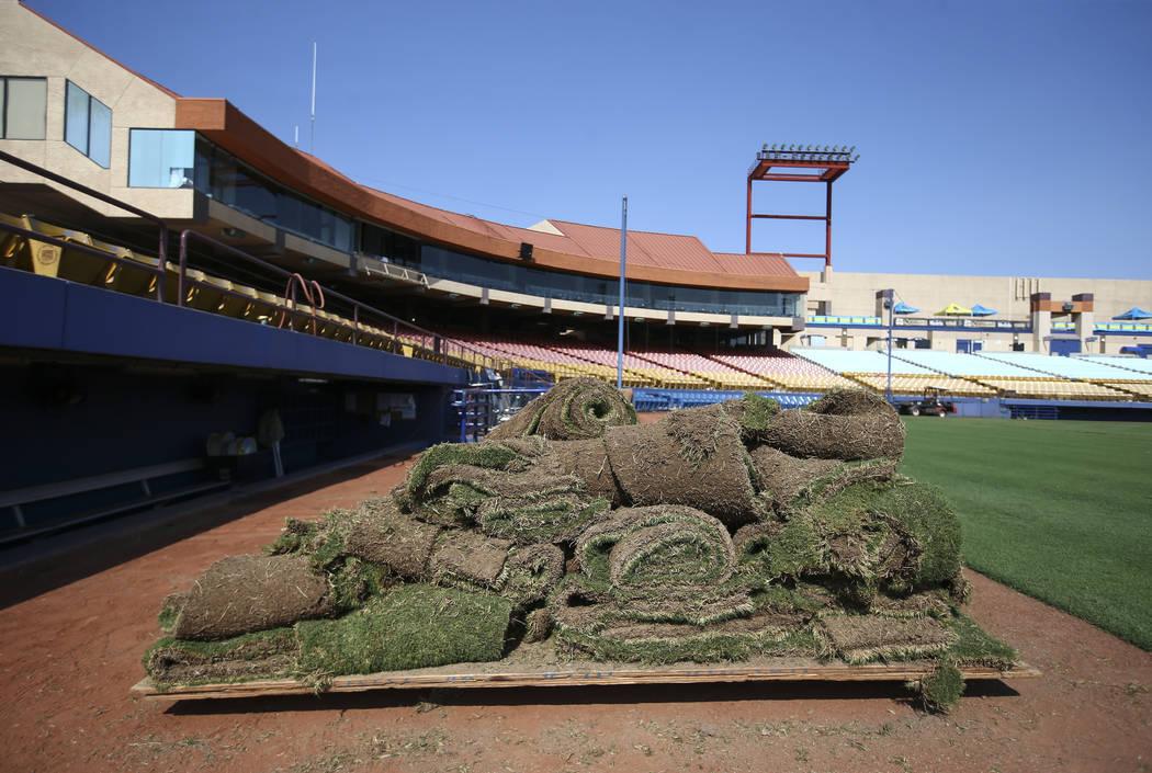 Una pila de césped se asienta cerca del dugout cuando Cashman Field se convierte del béisbol al fútbol antes de un partido de Lights FC en Las Vegas el viernes 3 de agosto de 2018. Chase Steven ...