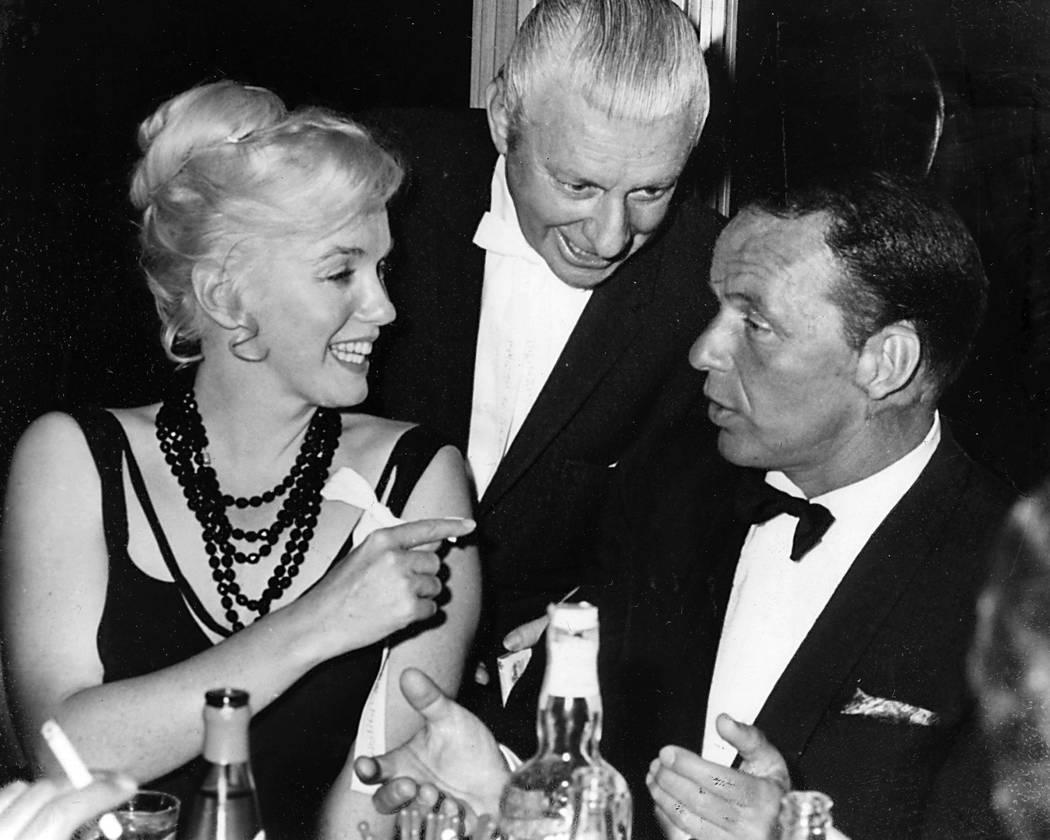 El Cal Neva Lodge en Lake Tahoe fue propiedad de Frank Sinatra, visto aquí en 1959 con Marilyn Monroe y un hombre no identificado. (Don Dondero / Reno Gazette-Journal vía AP)