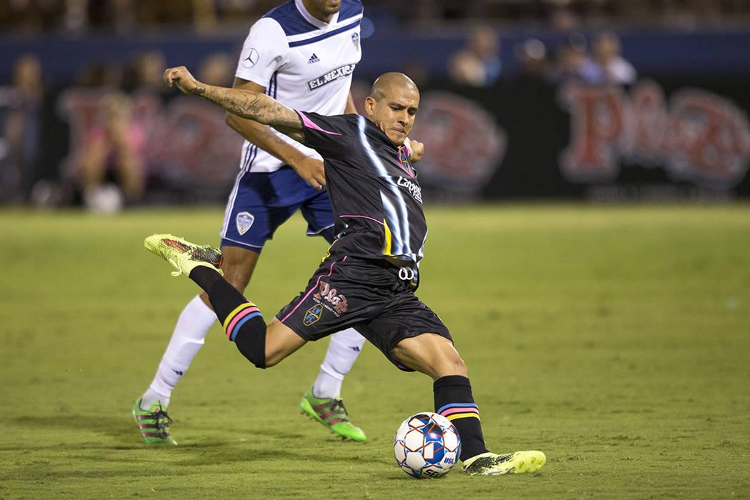El centrocampista de Las Vegas Lights FC, Rafael García (25), dispara para un gol contra Fresno FC durante el segundo tiempo de un partido de la United Soccer League en Cashman Field en el Centro ...