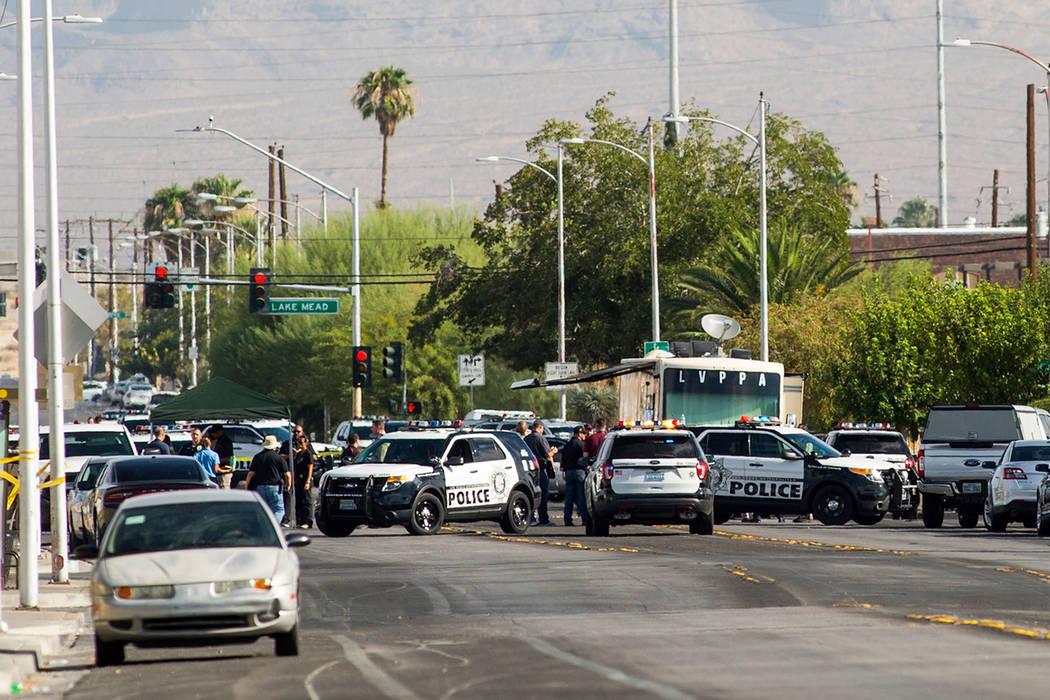 La policía de Las Vegas investiga un tiroteo que involucró a un oficial en la avenida Doolittle cerca de la calle H en Las Vegas el sábado 25 de agosto de 2018. Chase Stevens Las Vegas Review-J ...