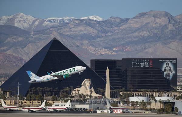 Un vuelo de Frontier Airlines sale del Aeropuerto Internacional McCarran en Las Vegas, domingo 28 de enero de 2018. Richard Brian / Las Vegas Review-Journal @vegasphotograph