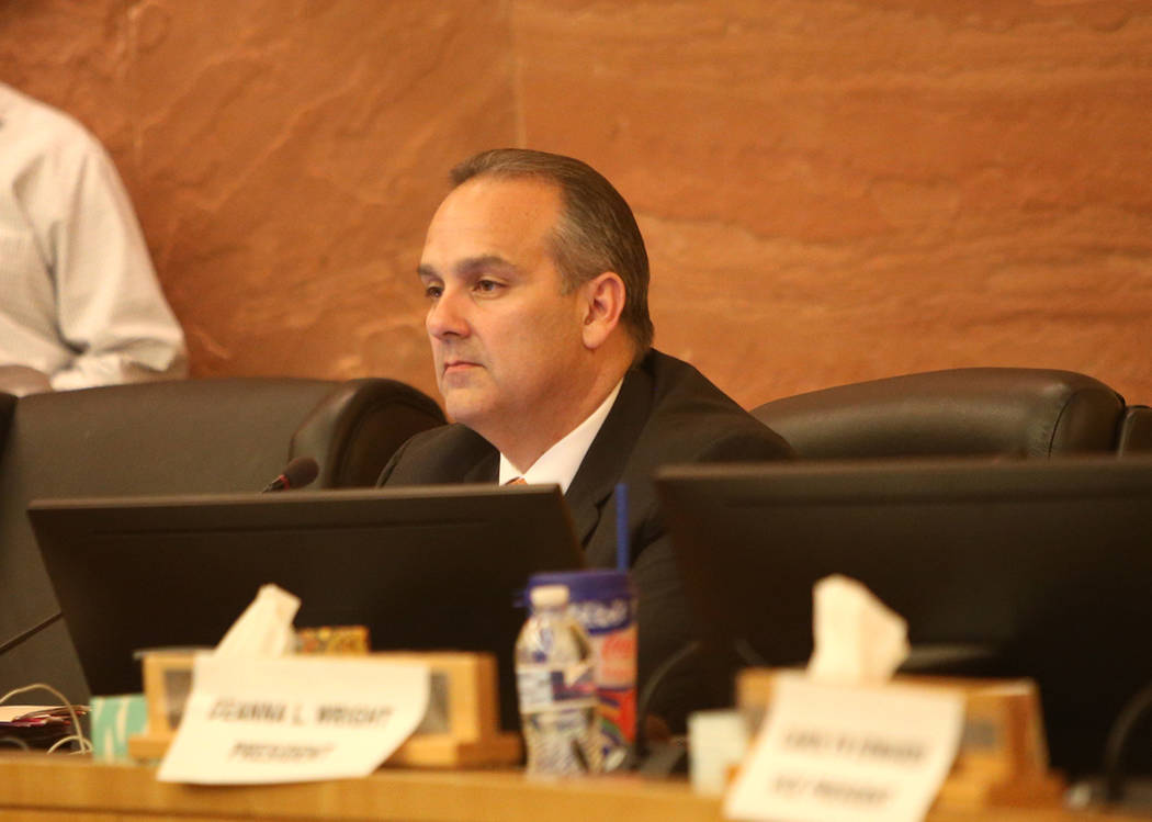 El Superintendente Escolar del Condado de Clark, Jesús Jara, escucha en una reunión de la junta del CCSD en el Centro del Gobierno del Condado de Clark en Las Vegas, el jueves 9 de agosto de 201 ...