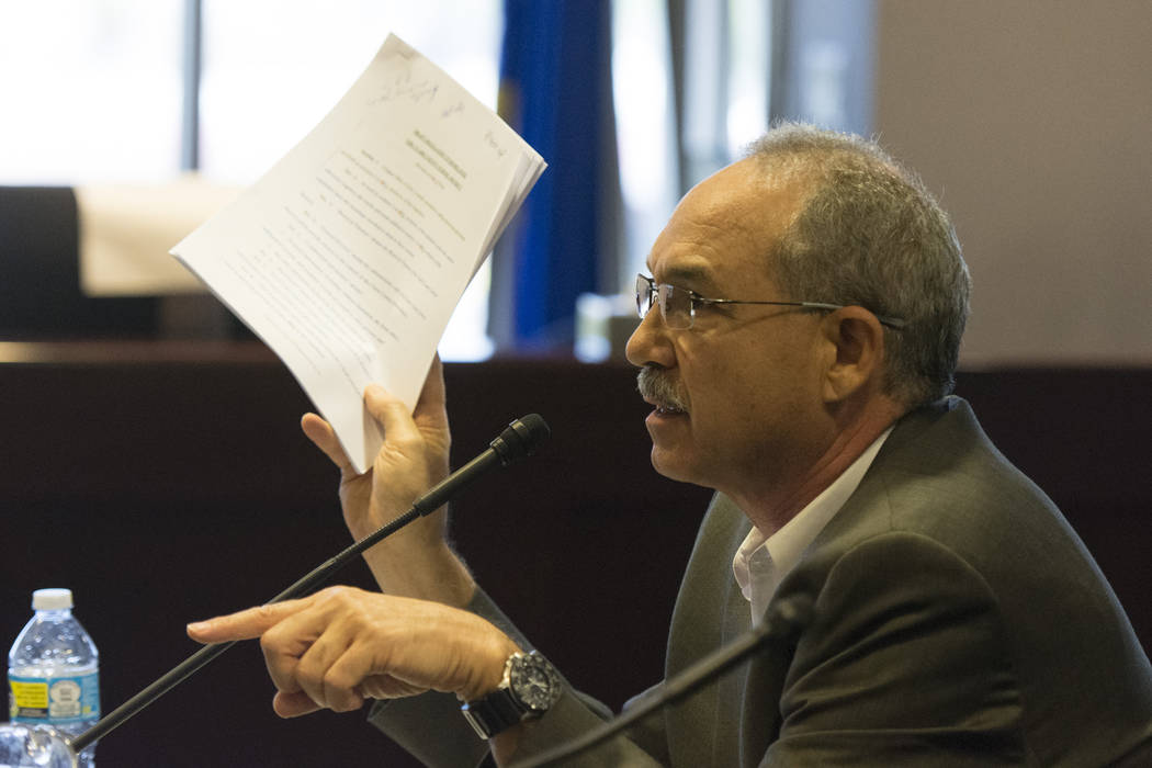 John Vellardita, director ejecutivo de la Asociación Educativa del Condado de Clark, sostiene una copia del proyecto de reglamento para reorganizar el Distrito Escolar del Condado de Clark durant ...