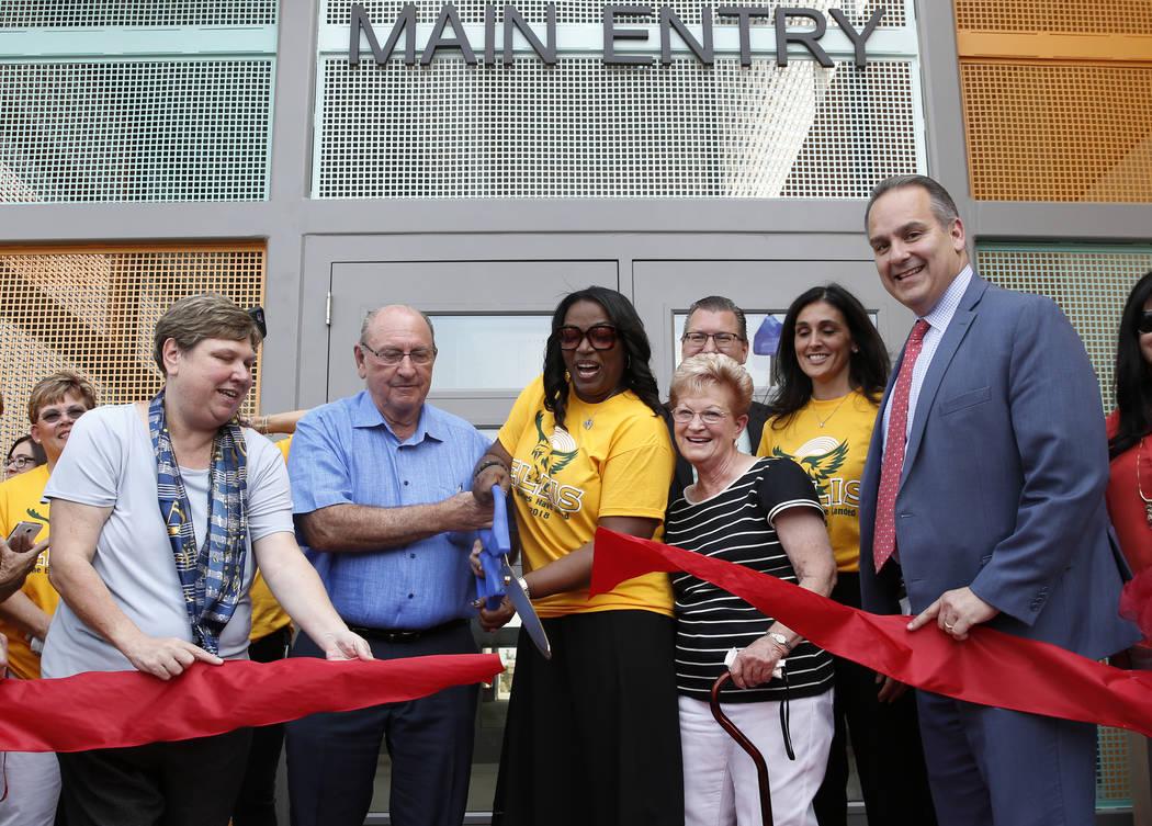 Deanna Wright, presidenta de la Junta de CCSD, izquierda, Robert Ellis, segundo a la izquierda, y su esposa Sandra, segunda a la derecha, socios filantrópicos del Distrito Escolar del Condado de ...