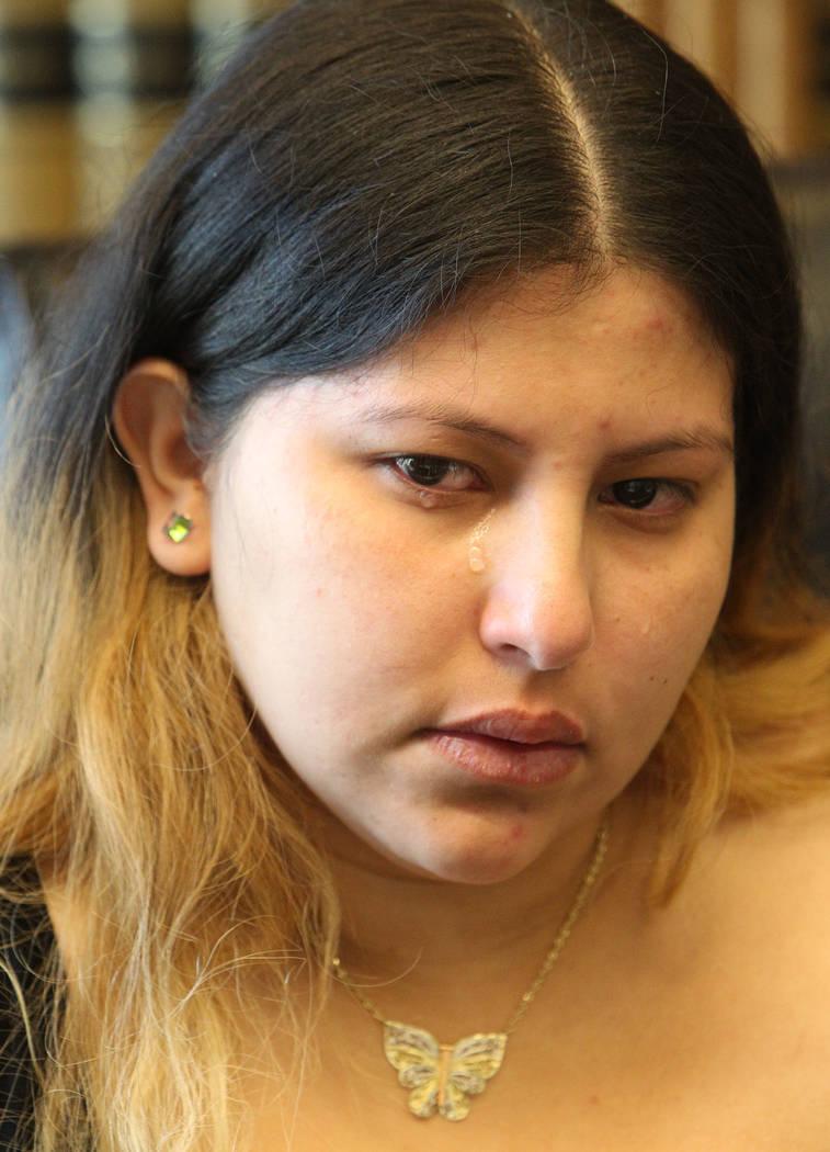 Una lágrima rueda por la mejilla de la viuda de Luis Solano, Ima Flores-Zeleya, mientras habla de su muerte durante una entrevista en la oficina de Callister & Associates en Las Vegas el 14 de ma ...