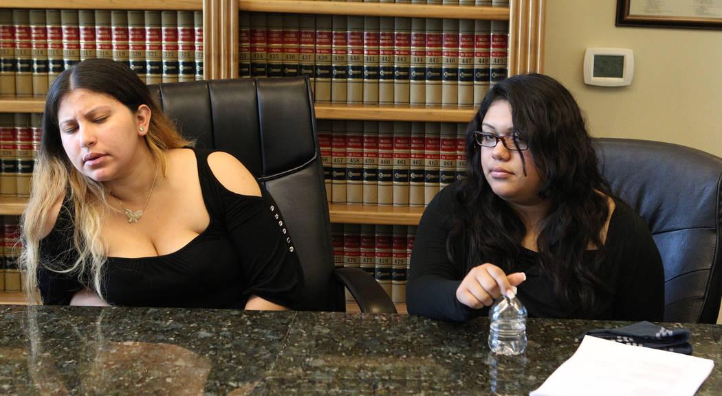 La viuda de Luis Solano, Ima Flores-Zeleya, izquierda, muestra emoción cuando su hija Carmen discute su muerte durante una entrevista en la oficina de Callister & Associates en Las Vegas el 14 de ...