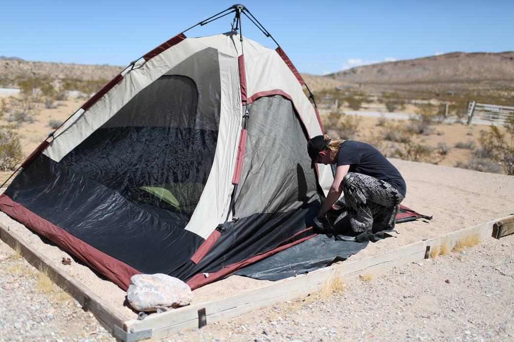 Tara Charter, de 53 años, cierra su carpa en Red Rock Canyon Campground en Las Vegas el viernes, 2 de septiembre de 2016. El campamento, muy popular entre los escaladores de roca, abrió el viern ...