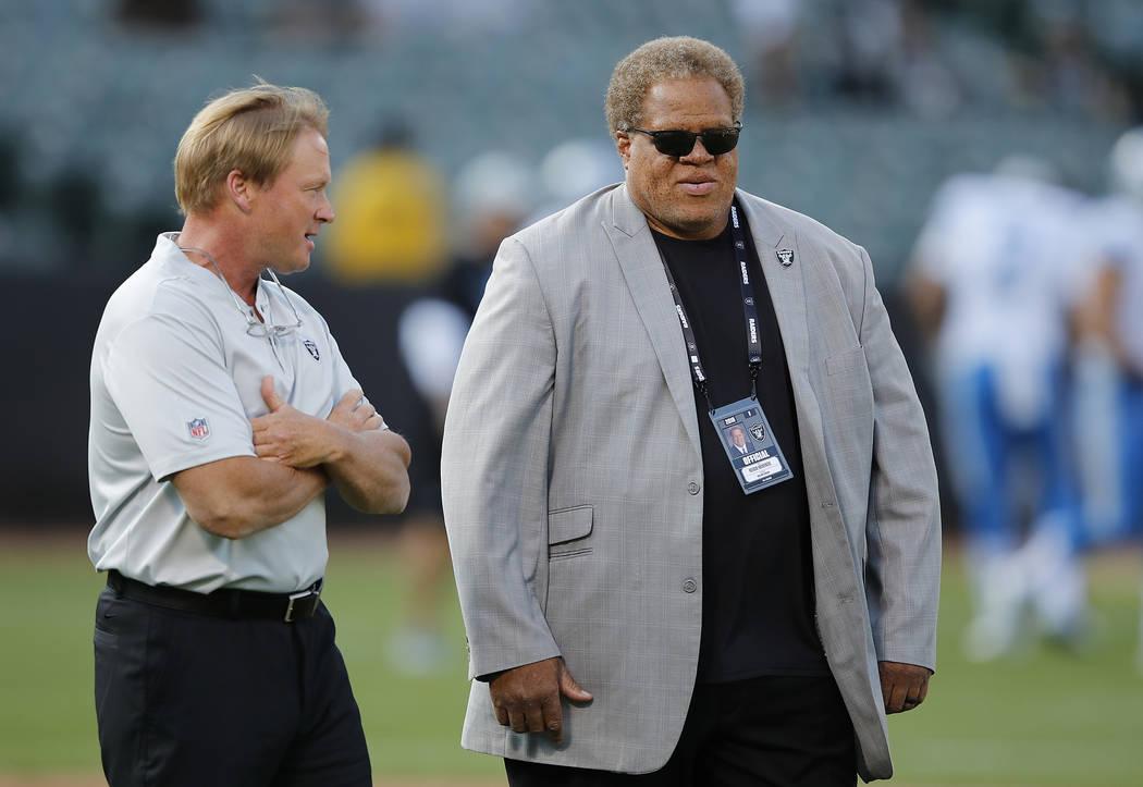 El entrenador en jefe de los Oakland Raiders, Jon Gruden, izquierda, y el gerente general, Reggie McKenzie, antes de un partido de fútbol americano de pretemporada contra los Detroit Lions en Oak ...