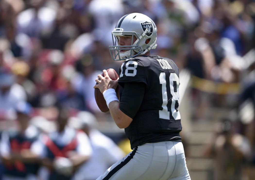 El mariscal de campo de los Oakland Raiders, Connor Cook, en acción durante la primera mitad en un partido de fútbol de pretemporada de la NFL contra los Rams de Los Ángeles el sábado 18 de ag ...