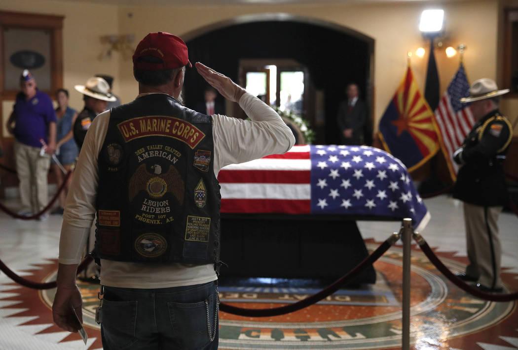 Un ex marine nacional saluda cerca del ataúd durante un velorio en memoria del senador John McCain, republicano de Arizona. en el Capitolio de Arizona el miércoles, 29 de agosto de 2018, en Phoe ...