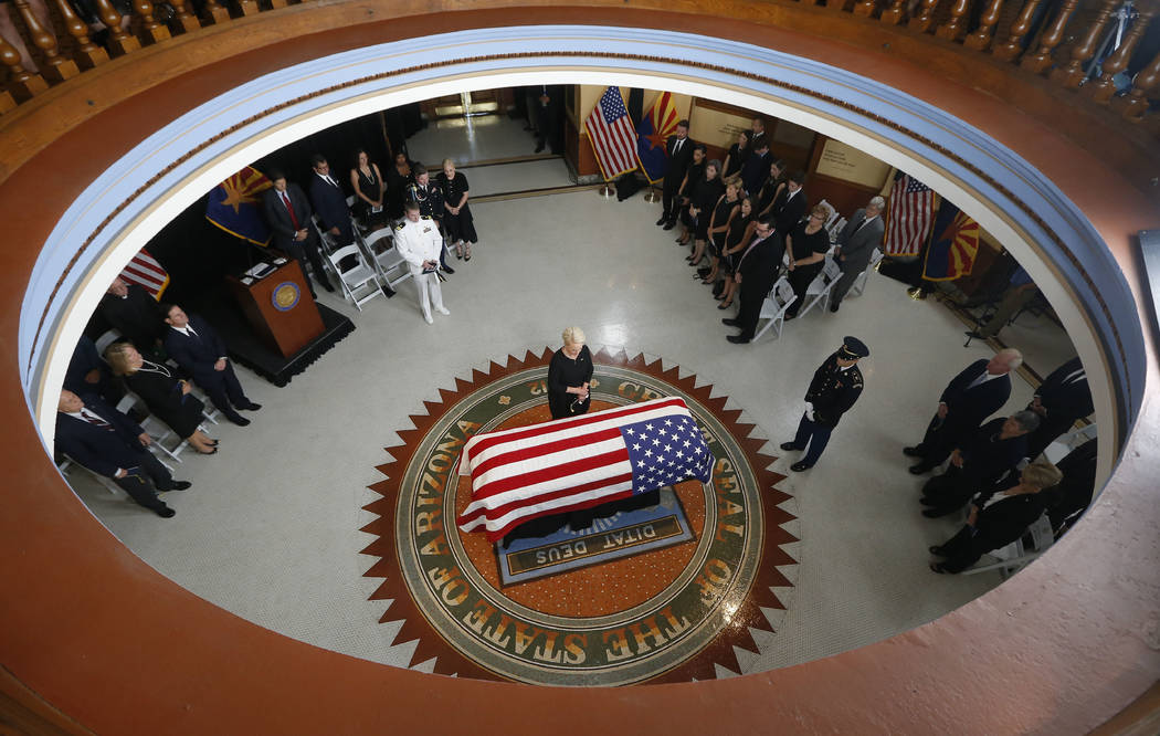 Cindy McCain, esposa del senador John McCain, R-Ariz. se para en el ataúd durante un servicio conmemorativo en el Capitolio de Arizona el miércoles 29 de agosto de 2018 en Phoenix. (AP Photo / R ...