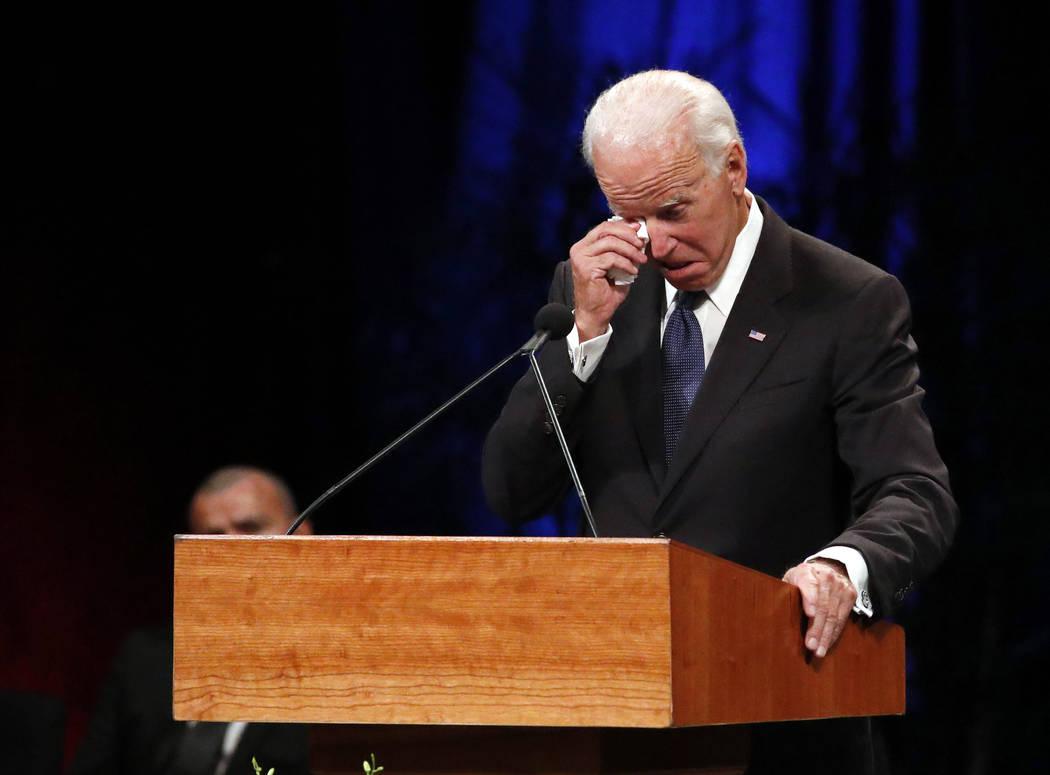 El ex vicepresidente Joe Biden se limpia una lágrima mientras rinde tributo durante el velorio conmemorativo en North Phoenix Baptist Church para el senador John McCain, republicano de Arizona, e ...