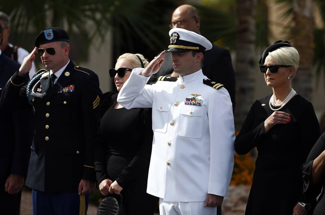 Cindy McCain, a la derecha, junto con sus hijos Jack McCain y Jimmy McCain, izquierda, y su hija Meghan, segunda desde la izquierda, miran cómo el féretro del senador John McCain, republicano po ...