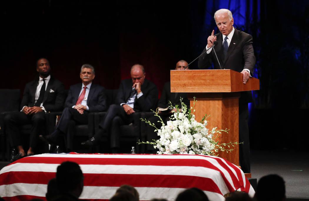 El ex vicepresidente Joe Biden rinde homenaje durante el servicio conmemorativo en North Phoenix Baptist Church por el senador John McCain, R-Ariz., El jueves 30 de agosto de 2018 en Phoenix. (AP ...
